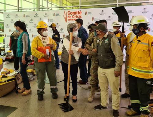 Ministerio de Medio Ambiente y Agua entrega equipos a bomberos para combatir incendios