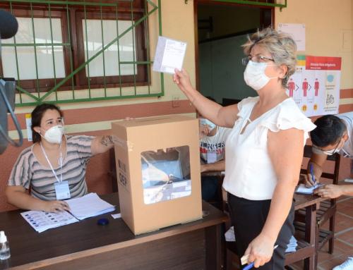 Ministra de Medio Ambiente y Agua emite su voto en la ciudad de Montero